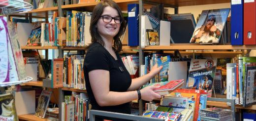 Alana Gerigk ist eine von vier Fachangestellten für Medien- und Informationsdienste in der Bibliothek. Foto: Konczak