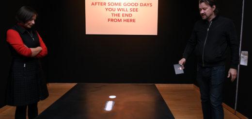 Wenn man die kleinen Magnetkugeln des Mondpfads vor Ort in der Remise klickern hört, dann kann man sich nur schwer von der Installation lösen. Auf dem Bild: Galerieleiterin Dr. Annett Reckert und Künstler Christian Haake. Foto: Konczak