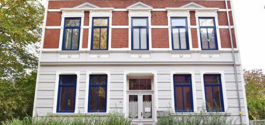 Das Gebäude an der Schulstraße ist inzwischen saniert, die untere Wohnung steht allerdings seit Monaten leer. Foto: Schlie