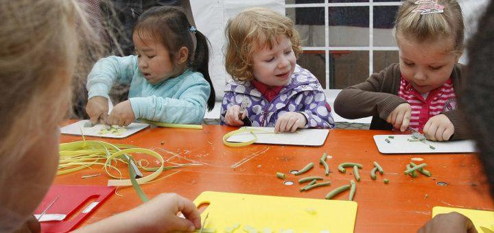 Eltern fürchten, dass in größeren Kitagruppen weniger Zeit für das einzelne Kind bleibt. Foto: av