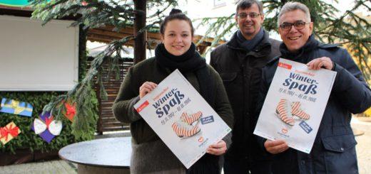 Haben für einen kleinen Winterwald auf der Ellipse gesorgt: Sandra Fleck, Wolfgang Helms und Fritz Rapp vom Vegesack Marketing e.V.. Foto: Harm