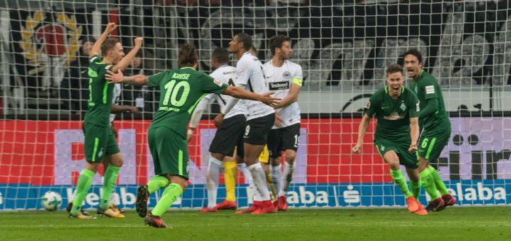 Jubelnde Werder-Spieler in Frankfurt