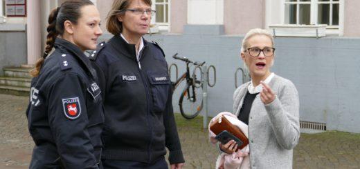 Die Passantin Lisa-Marie Schulze berichtet den Polizistinnen Anna Winter (links) und Katja Brammer von ihrer vermeintlichen Beobachtung eines Fahrraddiebstahles. Foto: Beinke