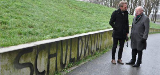 Bürgerschaftspräsident Christian Weber (links) und Thomas Köcher, Leiter des Landeszentrale für politische Bildung haben sich in dieser Woche ein Bild von dem Farbanschlag auf den Bunker Valentin gemacht. Foto: pv