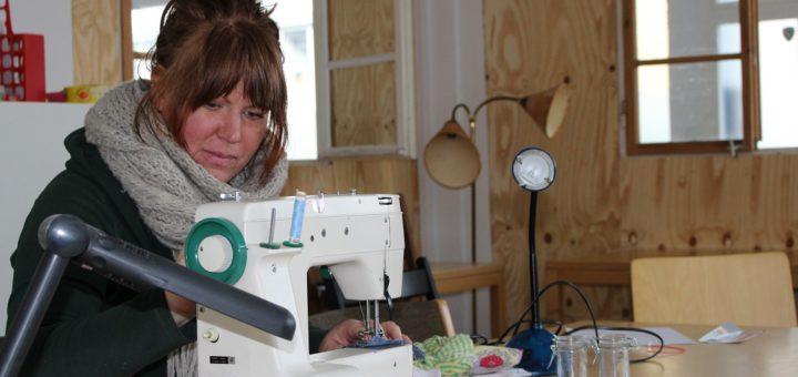 Uta Bohls ist eine von zwei hauptamtlichen Kräften in der Klimawerkstatt. Für die Nähwerkstatt benötigt sie noch weitere Nähmaschinen. Foto: Füller