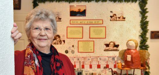Annemarie Schnieder und ihre Kollegen haben im Lüttjen Museum eine Sonderausstellung zu Weihnachten hergerichtet. Foto: Schlie