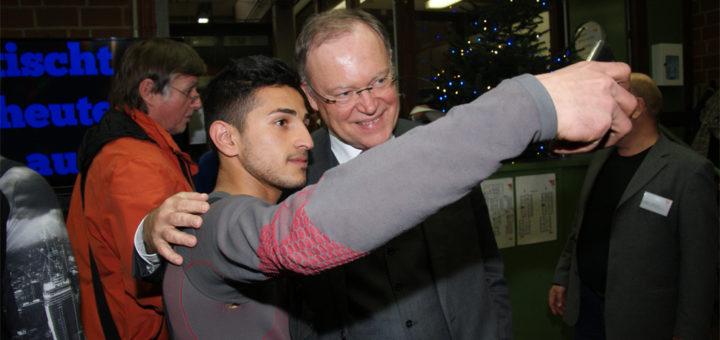 """""""Selfie mit dem MP"""": Der Schüler Mohammad Aqa Nazari fotografierte sich mit Stephan Weil, der SPD-Politiker kam gestern zu einem Besuch der Berufsbildenden Schulen nach Osterholz-Scharmbeck. Foto: Möller"""