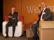 MP Stephan Weil diskutiert mit Schulleiter Wilhelm Windmann vor Schülern und Lehrern im Forum der Berufsbildenden Schulen Osterholz-Scharmbeck. Foto: Möller