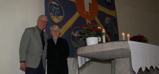 Christa und Armin Bielski freuen sich über den achtstrahligen Stern auf dem Wandschmuck über dem Altar in der Martinskriche. Foto: Möller
