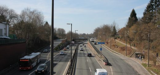 Die Lichtmasten stehen zwar noch entlang der A270, leuchten tun sie allerdings nicht mehr. Foto: Spier