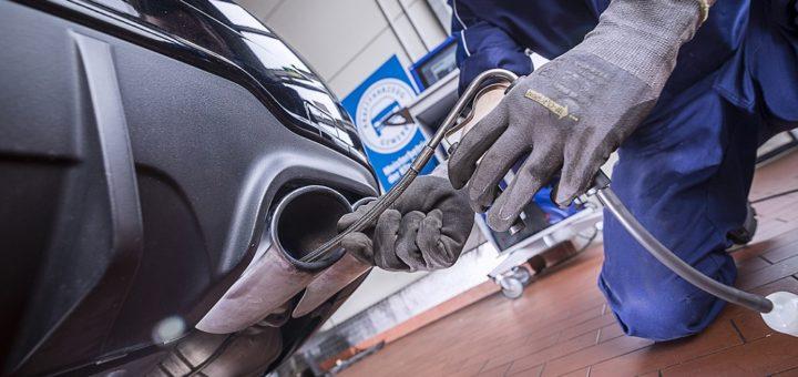 Bei der Abgasuntersuchung wird die Endrohrmessung zur Pflicht.Foto: ProMotor/Volz