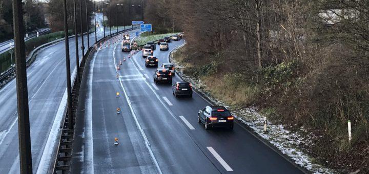 Die Polizei hat die A270 gesperrt und lenkt den Verkehr von der Autobahn. Foto: Spier
