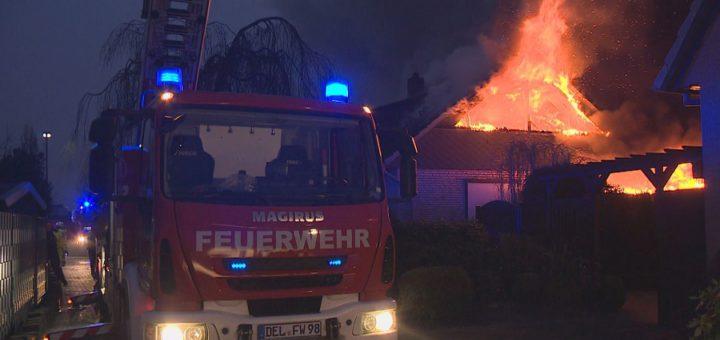 Die Feuerwehr ist mit 30 Löschfahrzeugen vor Ort. Foto: av