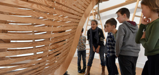"""Die Teilnehmer der Kinderführung sahen in dem Werk """"Windsbraut"""" von Paloma Varga Weisz ein Piratenschiff mit Galionsfigur. Foto: Konczak"""