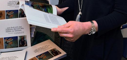 Bärbel Schönbohm (eine der Autorinnen des Buches) stellte das Werk über 33 Künstlerinnen aus dem Oldenburger Land in der Buchhandlung Decius, Lange Straße 11 vor. Dort ist es auch erhältlich. An der Präsentation nahm Buchhändlerin Iduna Tiedemann teil. Foto: Konczak