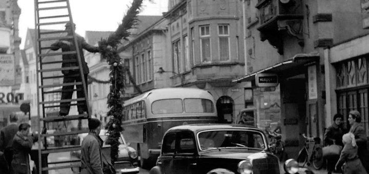 Bei viel Verkehr nicht ungefährlich: Aufhängen des Weihnachtsschmucks in der Langen Straße. Foto: Stadtarchiv Delmenhorst, Fotonachlass Kunde