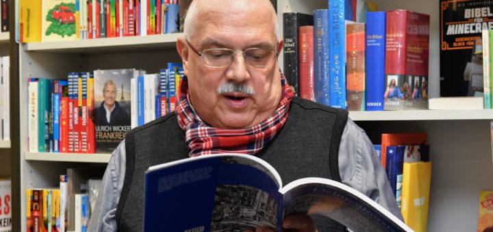 """Werner Garbas blättert interessiert in seinem Buch """"Delmenhorster Zeitreisen und Geschichte(n)"""" .Foto: Konczak"""