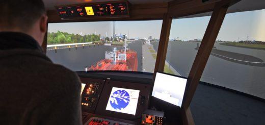 Im Schiffs-Simulator kann man – unter realistischen Bedingungen – selber eines der richtig großen Schiffe manövrieren. Foto: Schlie