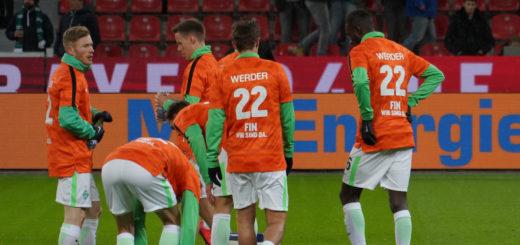 Werder-Spieler mit Gruß-Shirts für Fin Batels.