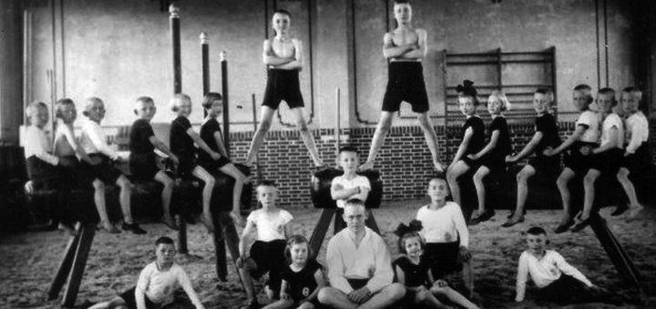 Eine Kinderturnriege posiert in der Ganderkeseer Turnhalle für den Fotografen. Das Bild entstand um 1930. Bildvorlage: Orts- und Heimatverein Ganderkesee