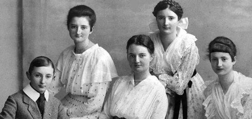 Dora Garbade (Mitte) im Kreis ihrer Geschwister. Die Aufnahme entstand um 1910. Bildvorlage: Landfrauenverband Weser-Ems e.V.
