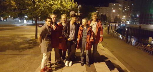 Die Nachtwanderer mit einer Gruppe Jugendlicher vor dem Bahnhofsplatz. Zurzeit pausieren die Nachtwanderer. Wenn es draußen wieder wärmer ist, startet für sie wieder die Saison. Foto: pv