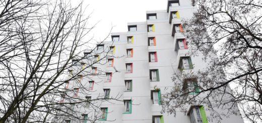 Das Papageienhaus (offiziell: Jakobushaus) diente lange als Unterkunft für Obdachlose. Jetzt könnten die Vereine Zucker und Zuckerwerk dort übergangsweise einziehen. Sie wollen Ateliers für Künstler und einen Club für Elektromusik auf die Beine stellen. Foto: Schlie