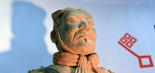 Dieser Terrakotta-Krieger bekommt im kommenden Mai Gesellschaft – von 149 weiteren Ton-Soldaten des ersten chinesischen Kaisers. Foto: Schlie
