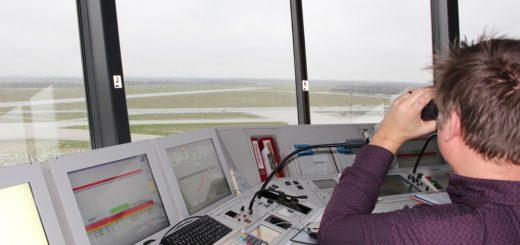 Die Start- und Landebahn im Blick: Unser Gewinner kann den Fluglotsen im Tower am Flughafen Bremen über die Schulter blicken. Foto: Harm