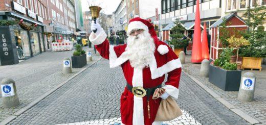 Der Weihnachtsmann läutete die Eröffnung der Knochenhauerstraße ein.Foto: Schlie