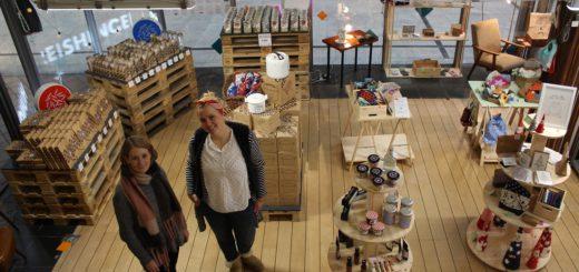 """""""Ich wollte mal eine andere Lage ausprobieren"""", sagt Jungunternehmerin Vanessa Just (links), die bereits ein Geschäft im Citylab führt und nun mit Illustratorin Tini Emde (rechts) einen Pop-up-Store in der Katharinenpassage eröffnet hat. Foto: Lohmann"""