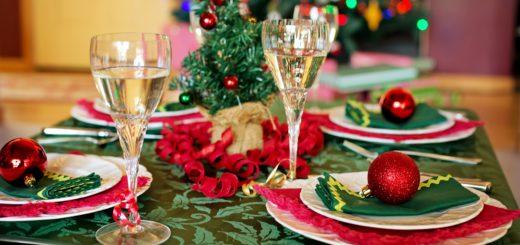Auf die festlich geschmückte Tafel von Bremer Promis kommen an Heiligabend Fisch und Kümmelkuchen. Symbolfoto: pixabay