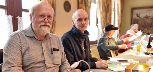 Volker Preikschat (l.) und Stephan Schierholz tauschen sich auf den Treffen der IG Kartonmodellbau Bremen und umzu regelmäßig über Modelle und Werkzeuge aus.Fotos: Schlie