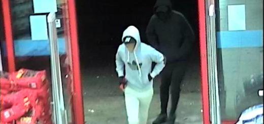 Die Polizei fragt: Wer kennt diese beiden Männer? Foto: Polizei Bremen