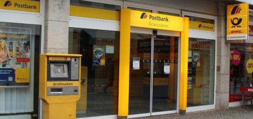 Postbank-Kunden stehen vor verschlossener Tür. Foto:Harm