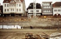Über die Baugrube des Kaufhaus-Baus schweift der Blick auf die Häuser auf der gegenüberliegenden Seite der Langen Straße. Foto: Stadtarchiv Delmenhorst