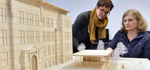 Ulrike Mansfeld (l.), Dekanin der HS-Fakultät Architektur, Bau und Umwelt und Steffi Kollmann, Leiterin des Instituts für Architektur und Städtebau an der HSB am Modell des Repair Cafés.Foto: Schlie