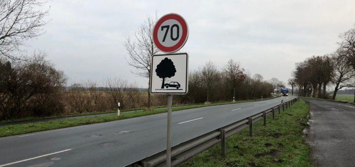 Mit speziellen Warnschildern sollen Verkehrsteilnehmer seit Oktober 2015 an der Kreisstraße 8 zwischen Ritterhude und Lilienthal für die Gefahr von Baumunfällen sensibilisiert werden. Foto: Bosse