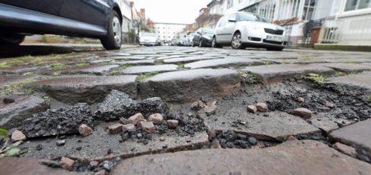 Schlaglochpisten wie in der Clausthaler Straße, werden schnell zu einer Belastung für Mensch und Maschine .Foto: Schlie