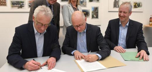 Der Delmenhorster Oberbürgermeister Axel Jahnz und der Huder Bürgermeister Holger Lebedinzew unterzeichneten gestern die Vereinbarung. Foto: Konzak