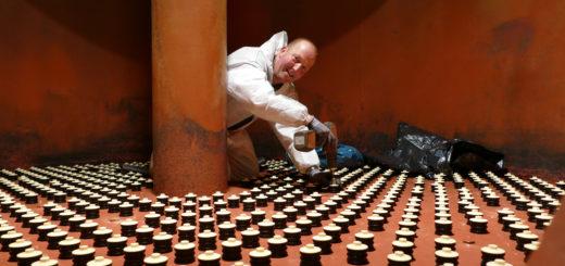 Gerrit Albers schraubt Düsen in einem Eisen-Filtertank fest. Noch in zwei weiteren Tanks muss er tätig werden. Foto: Suhren