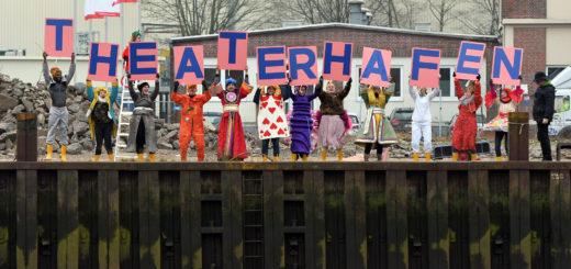"""Das Ensemble zeigt im Theaterhafen die neue Inszenierung """"Alice im Wunderland: L. S. Dreamland"""". Beim Pressegespräch warben die Schauspieler auf kreative Weise für das Projekt. Foto: Konczak"""