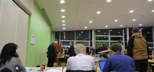 Oberbürgermeister Axel Jahnz bei der geheimen Abstimmung im Rat. Foto: Suhren