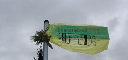 """Am Tag nach der Beiratssitzung war das von Gerd-Rolf Rosenberger aufgestellte Schild """"Leo Drabent Weg"""" von einem gelben Sack verhüllt. Foto: Harm"""