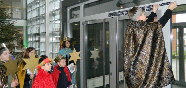 """Mädchen und Jungen der katholischen Kirchengemeinde """"Heilige Familie"""" kamen am Freitag in den Gewändern der Sternsinger ins Osterholz-Scharmbecker Rathaus, um den Segen """"Christus segne dieses Haus"""" über der Eingangstür anzubringen. Foto: Bosse"""