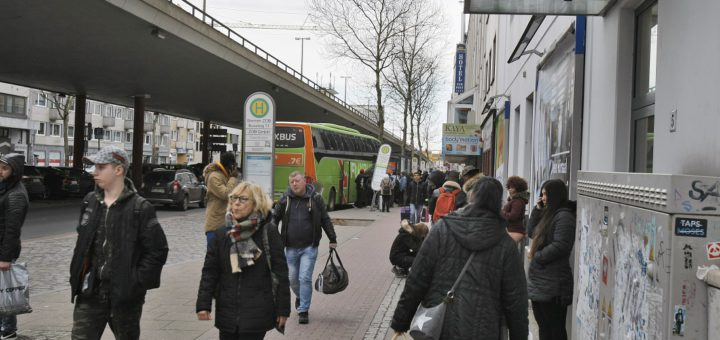 Die Situation am Busbahnhof wurde in der Vergangenheit oft kritisiert, unter anderem wegen des Radweges und weil es wenig Platz zum Ein- und Ausstieg gibt. Ab 2020 könnte der gleich um die Ecke gelegene neue Zentrale Omnibusbahnhof (ZOB) fertig sein. Foto: Barth