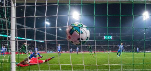 Umsonst gejubelt: Dem Treffer von Werders Maximilian Eggestein war ein klares Foul im Mittelfeld vorausgegangen. Foto: Nordphoto