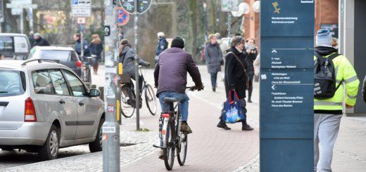Radfahrer am Herdentorsteinweg in Richtung Innenstadt sollen künftig die Fahrbahn nutzen. Fußgänger haben dann mehr Platz. Foto: Schlie
