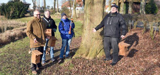 Hängen gemeinsam am Arberger Mühlenteich Nistkästen auf: Stefan Wilkens (v.l.), Hans-Peter Hölscher, Florian Scheiba und Udo Wilkens. Foto: Schlie