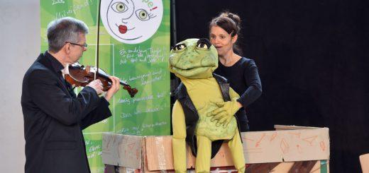 Frosch Eduardo sorgte für reichlich Lacher unter den kleinen Zuschauern. Foto: Schlie